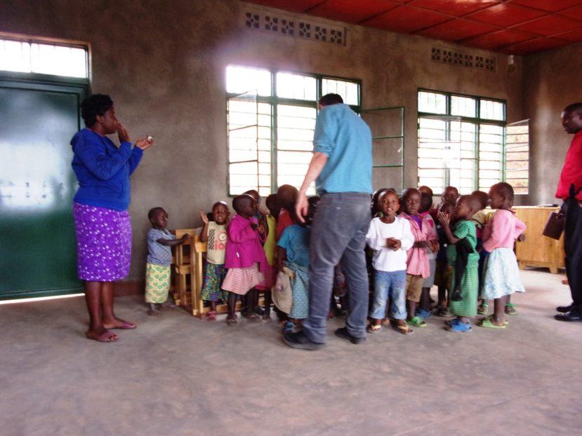 i bambini alla nuova scuola materna di Kiraranbogo