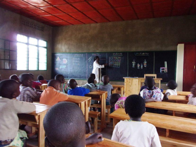 l'insegnante e gli alunni a Kiraranbogo